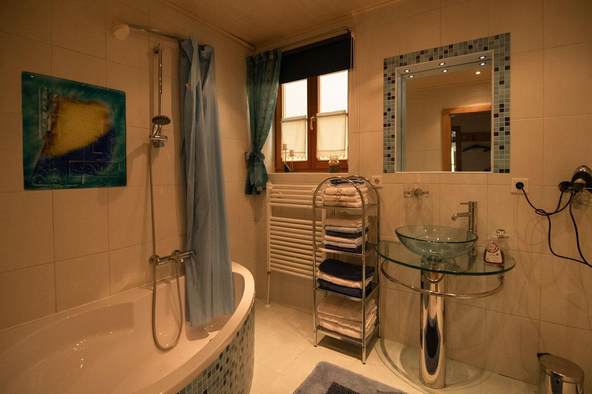 Badezimmer_Blick zum Waschbecken mit Handtüchern und Fön_private-Ferienwohnungen-Preisch_Bad-Ischl-im-Salzkammergut