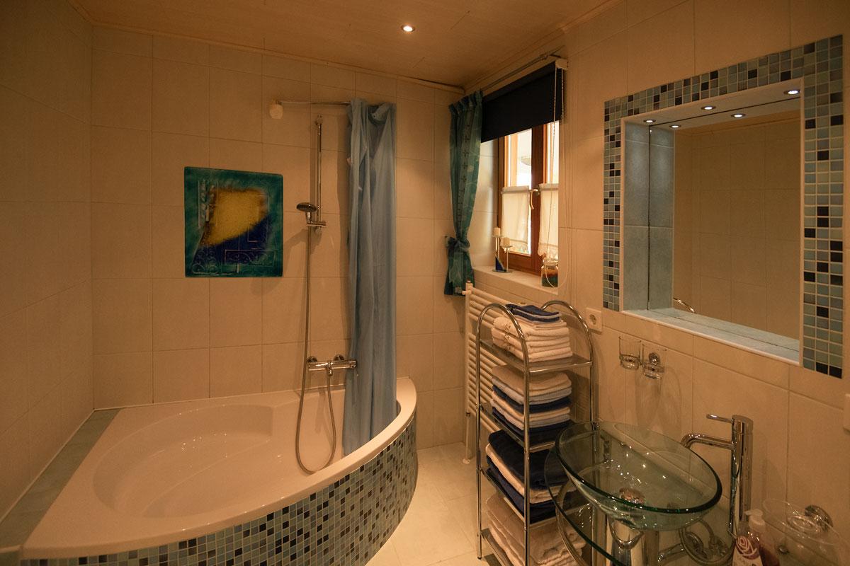 Badezimmer_Blick auf die Badewanne_private-Ferienwohnungen-Preisch_Bad-Ischl-im-Salzkammergut