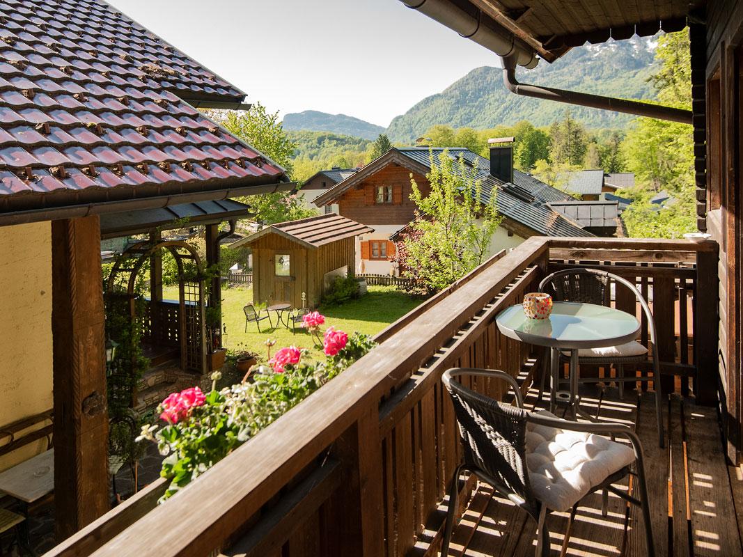 Blick vom Balkon in Richtung vorderen Garten und Bad Ischl mit Katrin-Berg im Hintergrund_private-Ferienwohnungen-Preisch_Bad-Ischl-im-Salzkammergut