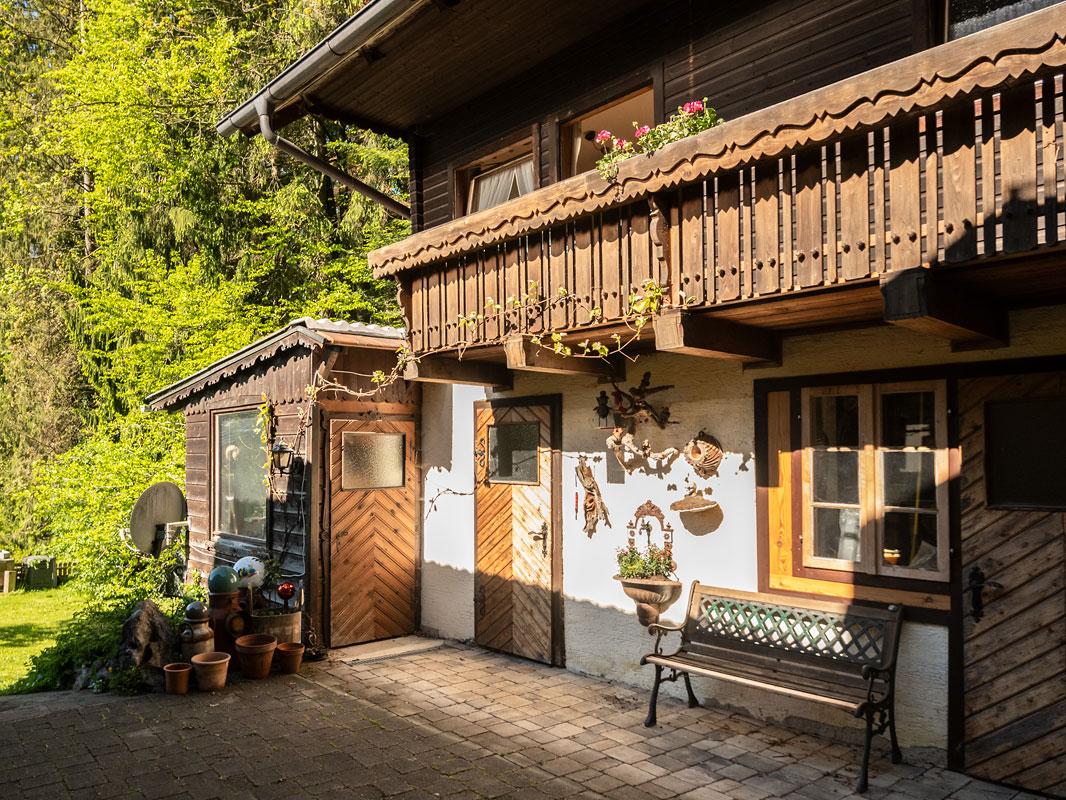 Blick vom Innenhof zum Balkon im ersten Stock der Ferienwohnung 2_private-Ferienwohnungen-Preisch_Bad-Ischl-im-Salzkammergut