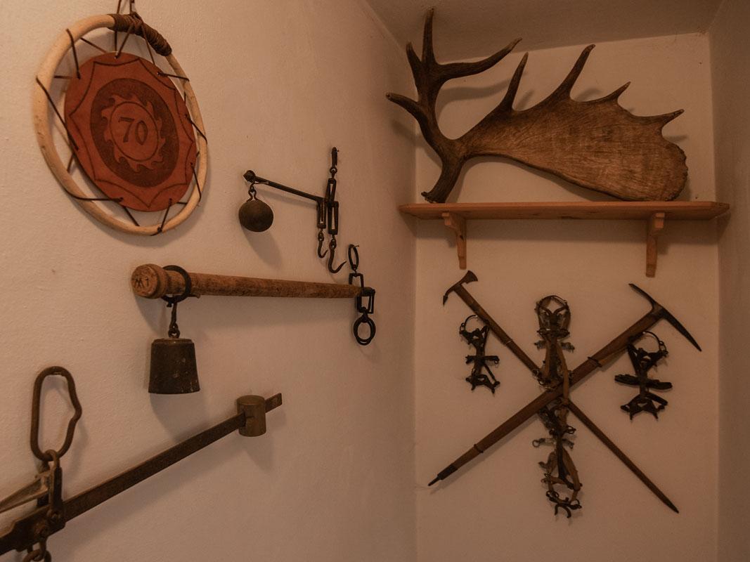 Wanddekoration in der Ferienwohnung 2 mit Elchgeweih und alten Eispickeln_private-Ferienwohnungen-Preisch_Bad-Ischl-im-Salzkammergut