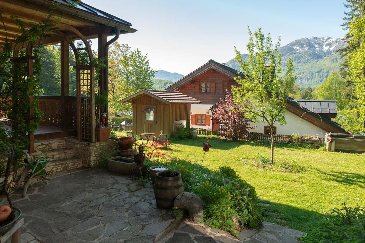 Blick vom Innenhof in den vorderen Garten mit Blick in Richtung Katrin__private-Ferienwohnungen-Preisch_Bad-Ischl-im-Salzkammergut