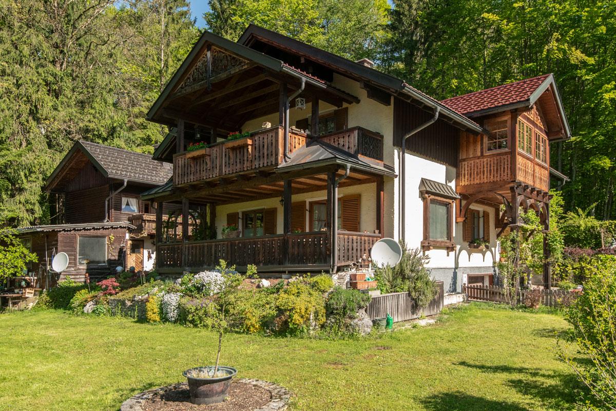 Haupthaus von vorne mit Terrasse, Balkon und Veranda auf der rechten Seite__private-Ferienwohnungen-Preisch_Bad-Ischl-im-Salzkammergut