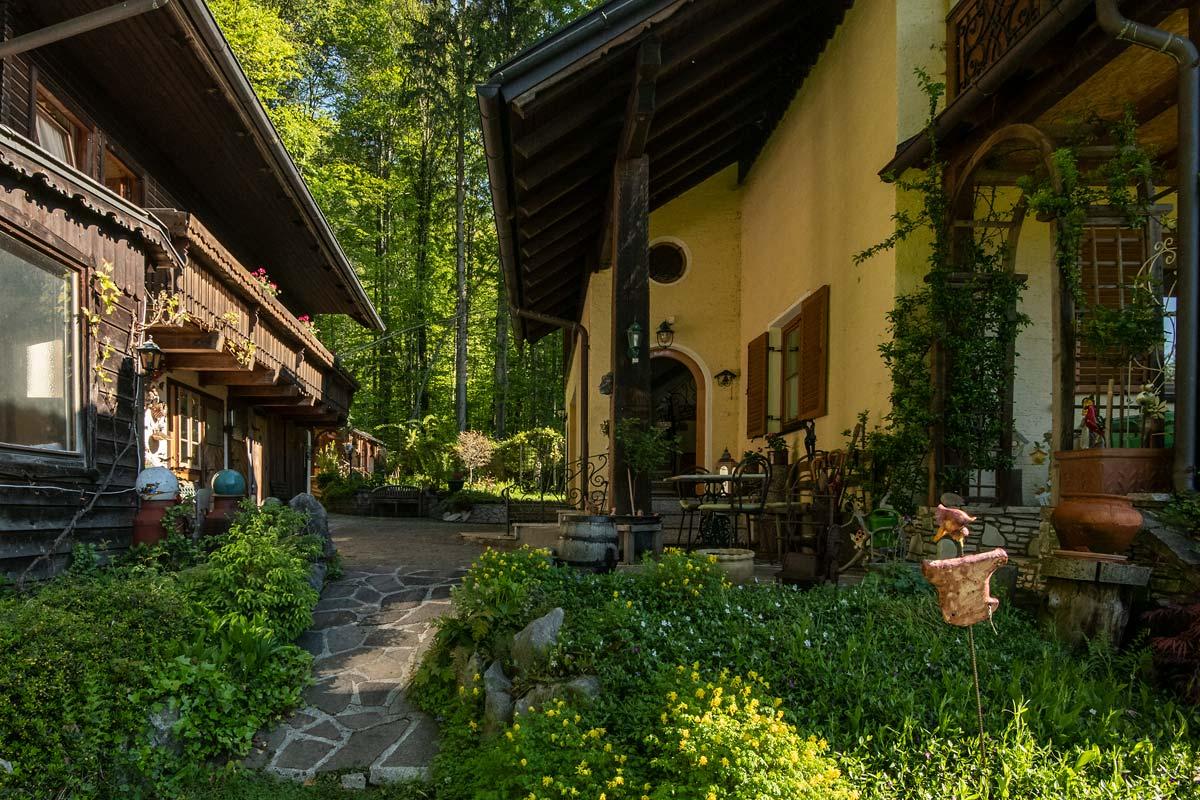 Blick vom vorderen Garten in den Innenhof_private-Ferienwohnungen-Preisch_Bad-Ischl-im-Salzkammergut