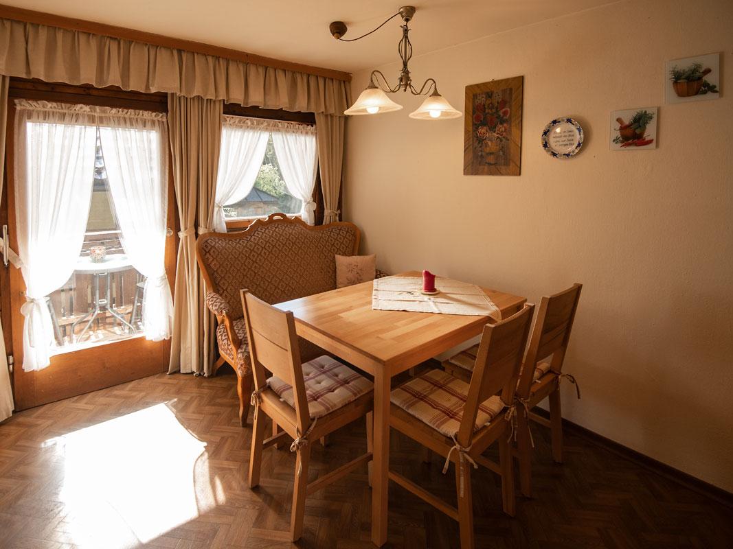 Küchentisch mit Stühlen_private-Ferienwohnungen-Preisch_Bad-Ischl-im-Salzkammergut