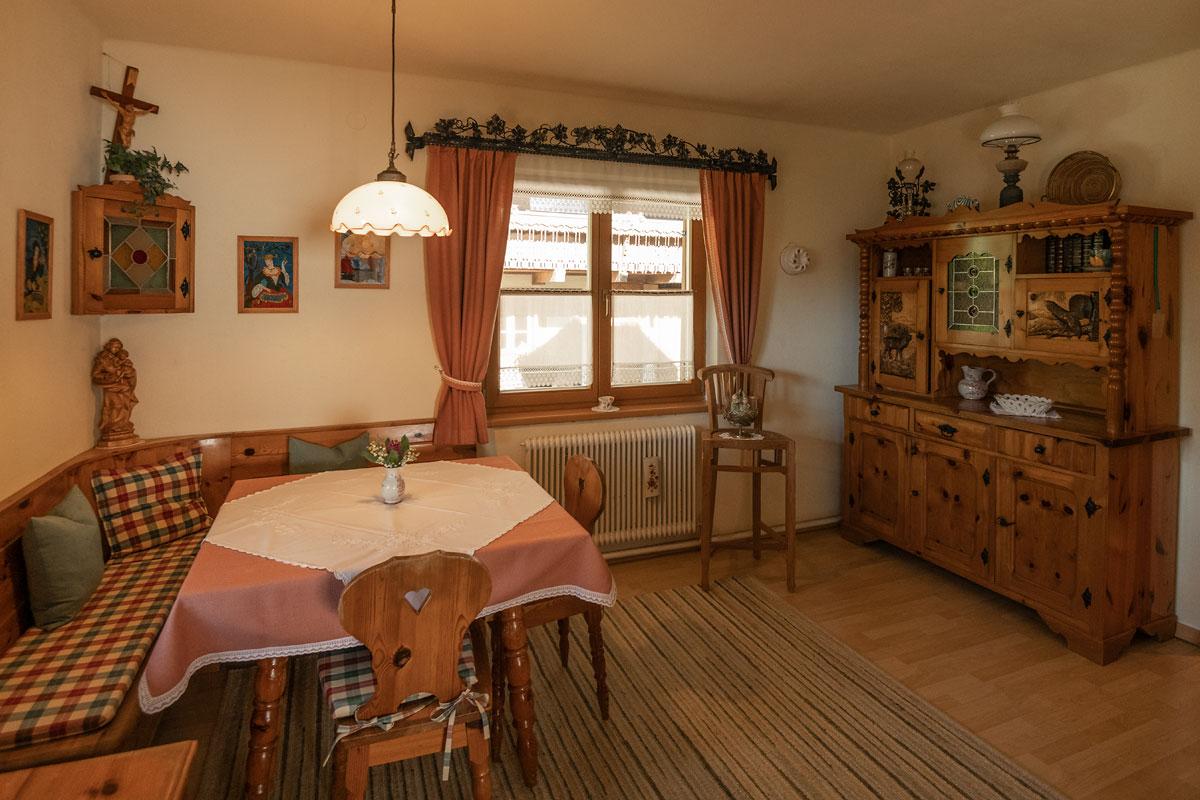 Bauernstube mit Eckbank auf der linken Seite und schöner alter Kredenz auf der rechten Seite_private-Ferienwohnungen-Preisch_Bad-Ischl-im-Salzkammergut