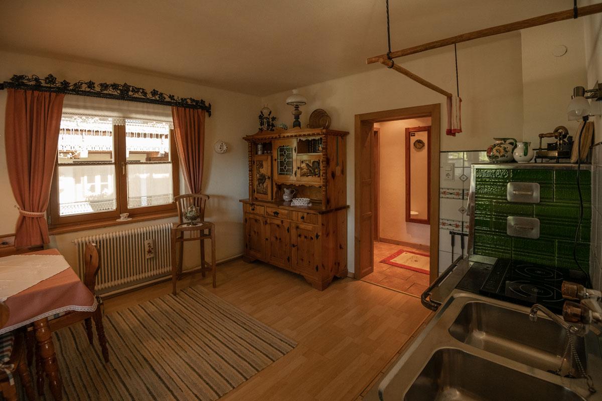 Küche_Bauernstube mit blick auf alte Kredenz und Tischherd_private-Ferienwohnungen-Preisch_Bad-Ischl-im-Salzkammergut
