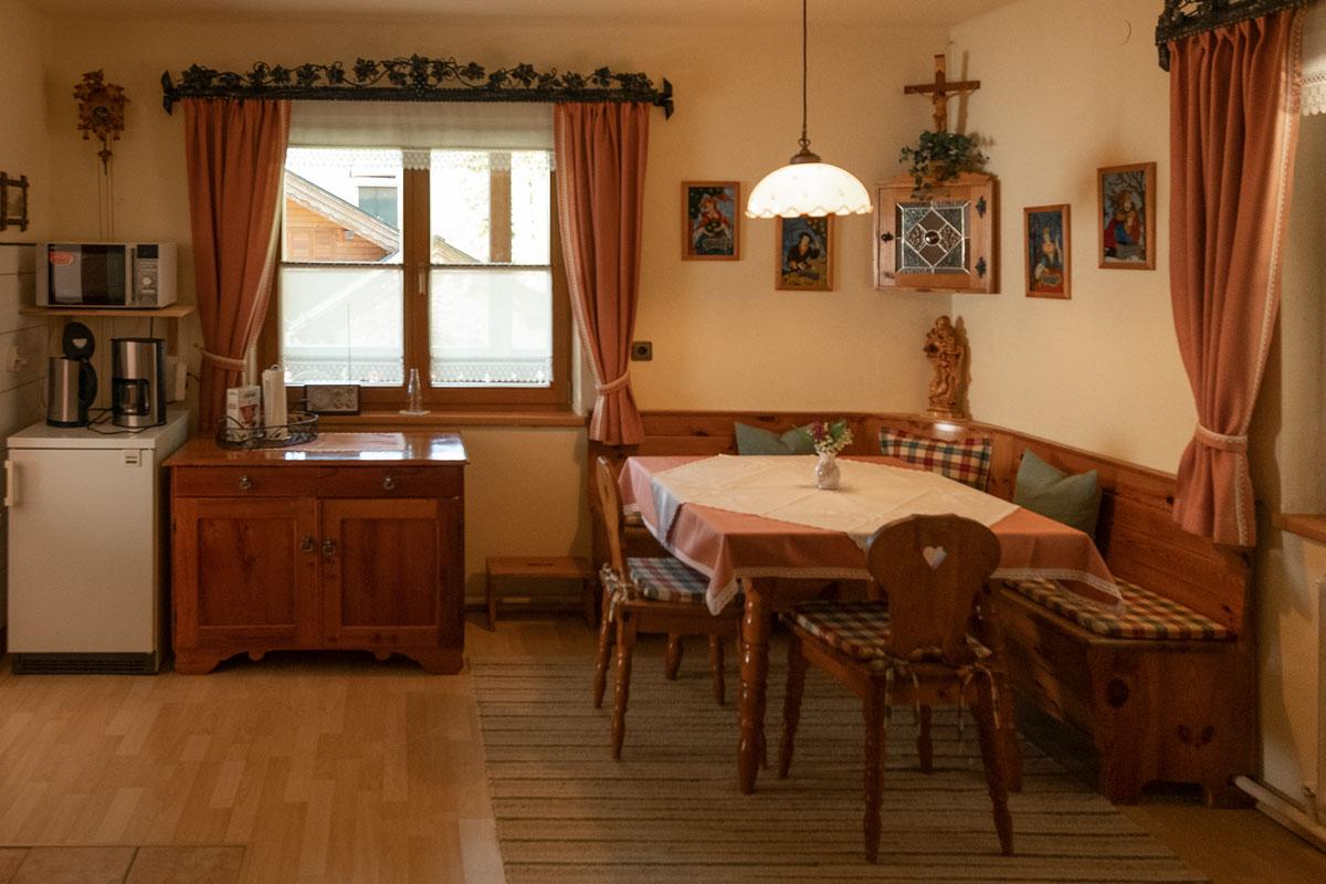Küche_Bauernstube mit Eckbank _private-Ferienwohnungen-Preisch_Bad-Ischl-im-Salzkammergut