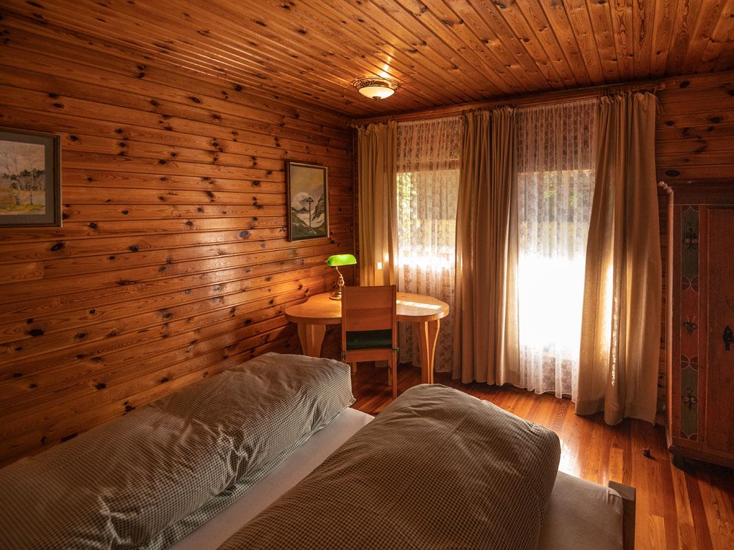 Schlafzimmer_Blick zur Balkontüre_private-Ferienwohnungen-Preisch_Bad-Ischl-im-Salzkammergut