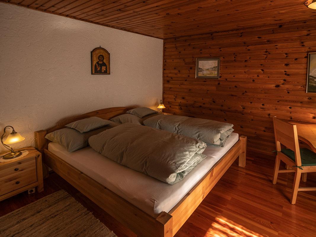 Blick auf das Doppelbett mit Nachtkästchen und Lampen_private-Ferienwohnungen-Preisch_Bad-Ischl-im-Salzkammergut