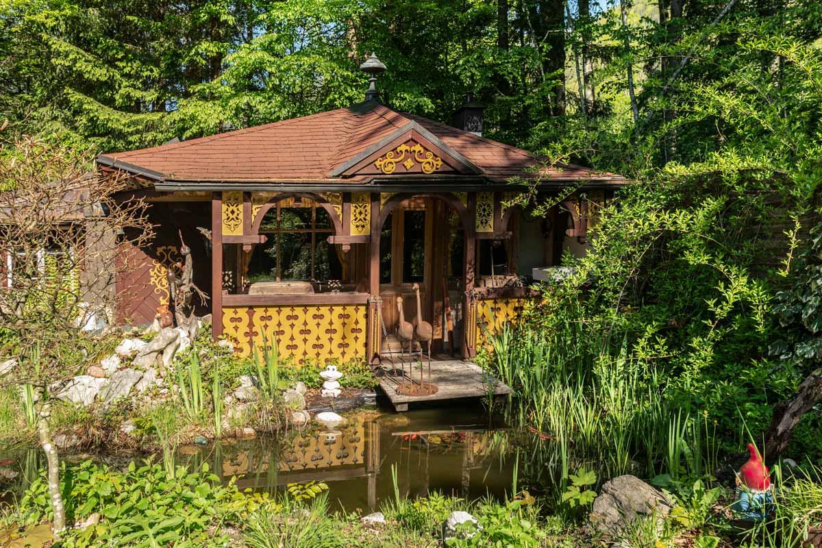 Kleiner Teich mit Goldfischen und Gartenfiguren vor Pavillon_private-Ferienwohnungen-Preisch_Bad-Ischl-im-Salzkammergut